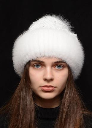 Женская вязаная шапка с бубоном из норки ажур белый