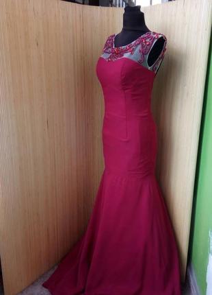 Красное вечернее длинное платье расшитое бисером с открытой спино