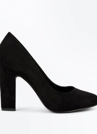 Замшевые классические туфли на широком каблуке