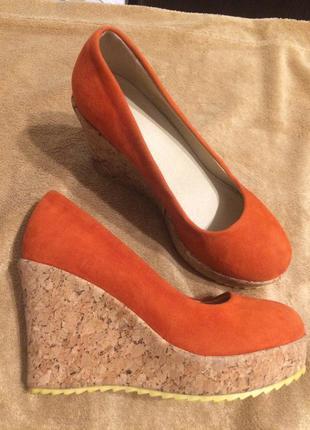 Оранжевые туфли босоножки на платформе танкетке