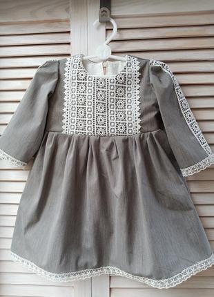 Платье с длинным рукавом и кружевом