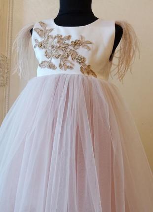 Нарядное нежное платье с перьями