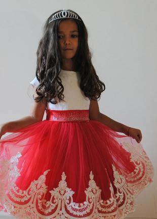 Нарядное красное платье с кружевом