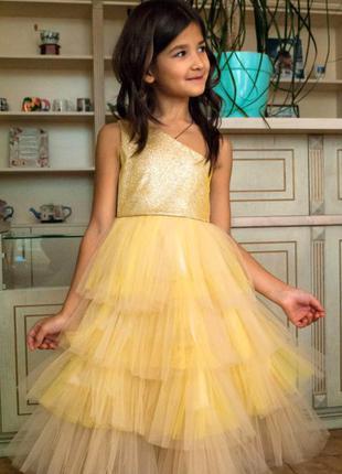 Нарядное золотистое платье на одно плечо
