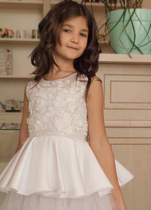 Нарядное белое платье,расшитое кружеуом и стразами