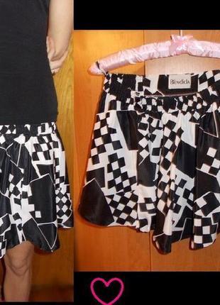 Юбка с геометрическим принтом черно-белая
