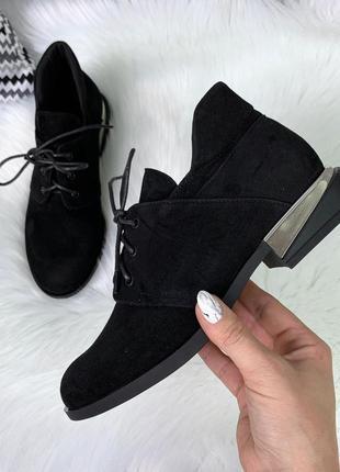 Классические туфли на низком каблуке из натурального велюра