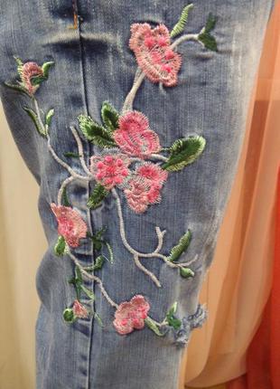 Крутые джинсы с вышивкой и потёртестями