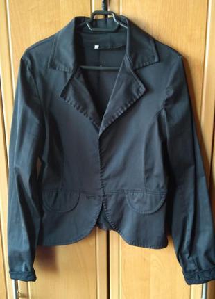 Черный пиджак с гипюровыми вставками и бантиком сзади