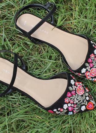 Туфли на низком каблуке new look