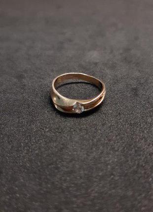 Золотое кольцо из золота 583 пробы, с бриллиантом. Размер 17.