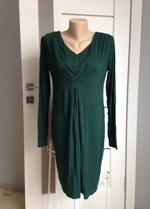 Трикотажное платье миди оригинального кроя изумрудного цвета.