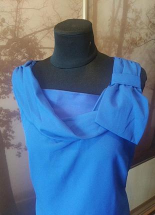 Платье цвета индиго с атласными вставками и кружевом.