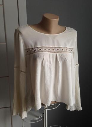 Очаровательная блуза с кружевными вставками и рукавами клеш