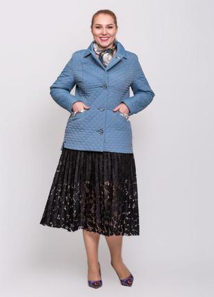 Стильная женская короткая весенняя синяя куртка с шарфиком