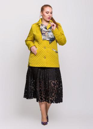 Стильная женская короткая весенняя желтая куртка с шарфиком