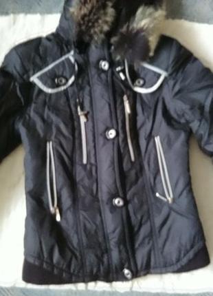 Черная теплая куртка с большим капюшоном