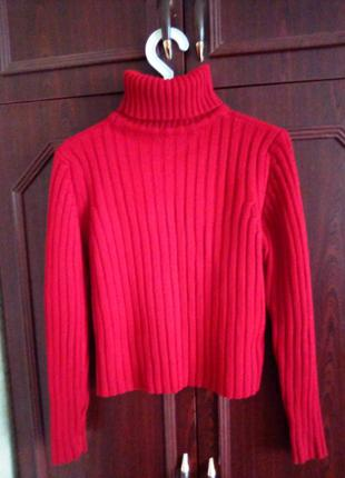 Стильный вязанный свитер темно-красного цвета