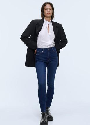 Синие джинсы скинни с потертостями на завышенной талии  высока...