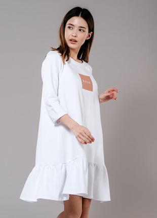 Белое свободное платье оверсайз с воланом