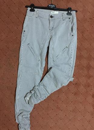 Необычные джинсы брюки в полоску