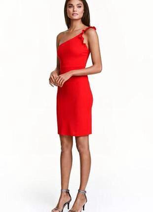 Красное платье на одно плечо с оборкой