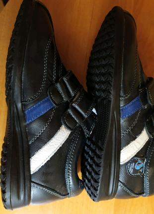 Туфли спортивные на мальчика, новые.
