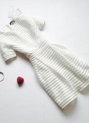 Белое пышное платье с пышной юбкой