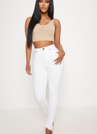 Белые джинсы prettylittlething. джинсы скины высокая талия