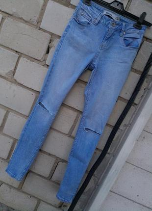 Шикарные джинсы скини с разрезом на коленях  раз. s-m