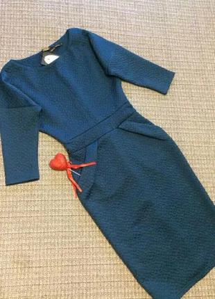 Шикарное фактурное платье-футляр трендового цвета 2020г.