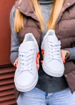 Женские стильные белые кроссовки адидас