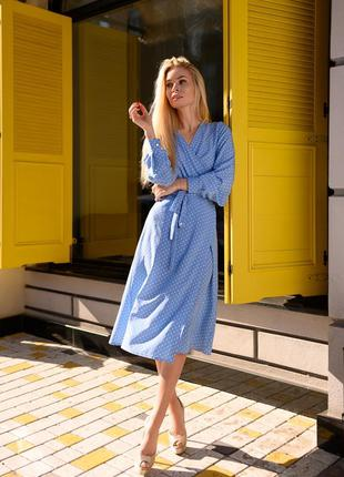 Платье голубое в горошек на запах средней длины как халат летнее