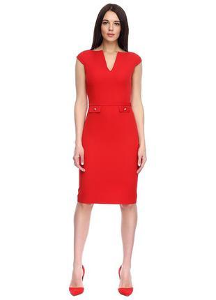 Красное платье с v-образным вырезом и атласными вставками