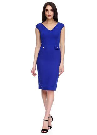 Синее платье с декольте и золотыми пуговицами