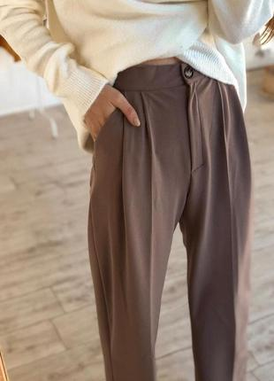 Свободные брюки бежевого цвета