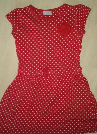 Яркое платье в сердечки на 7-9 лет.
