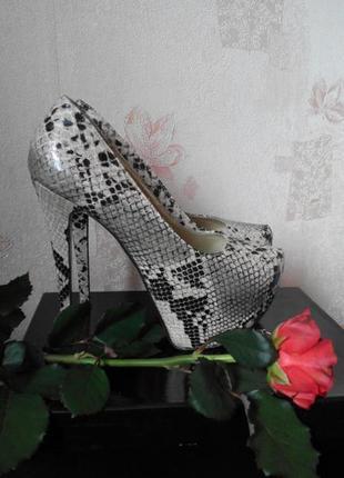 Шикарные  туфли с тиснением под кожу питона