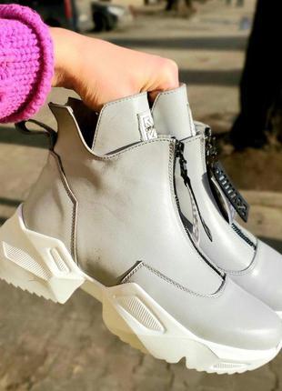 Демисезонные женские светло-серые кожаные ботинки
