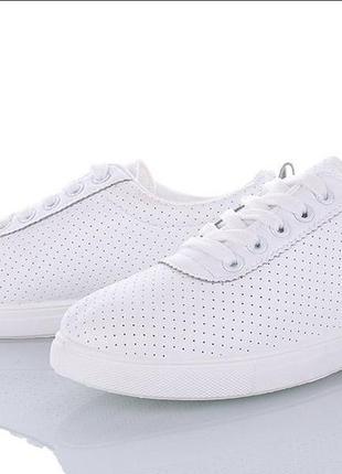 Белые стильные кроссовки кеды мокасины слипоны с перфорацией