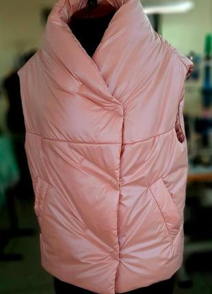 Модный женский стеганый короткий розовый пудровый жилет