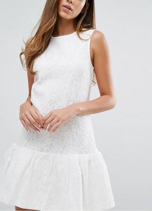 Белое летнее платье с оборкой снизу
