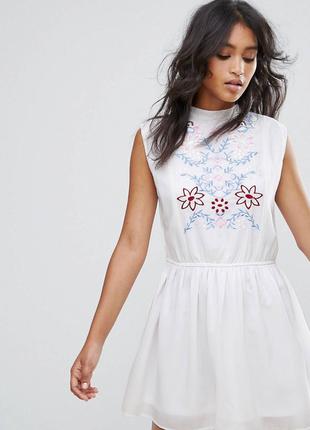 Белое летнее платье с вышивкой