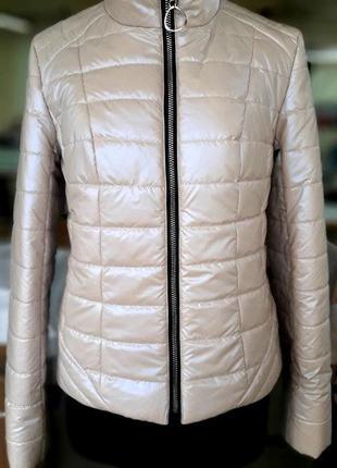 Женская короткая демисезонная бежевая куртка