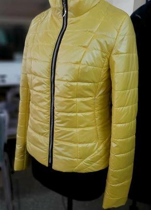Женская короткая демисезонная желтая куртка