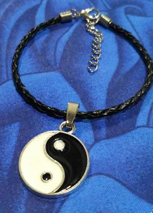 Инь янь+плетёный кожаный браслет.