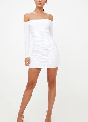 Белое летнее платье мини с длинными рукавами и открытыми плечами