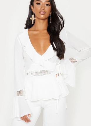 Белая блузка с длинными рукавами и оборками
