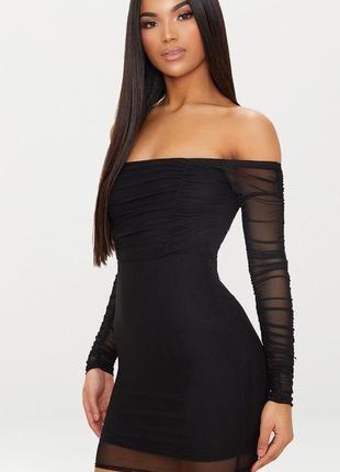Черное платье мини с длинными рукавами и открытыми плечами