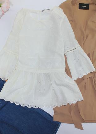 Приятная белоснежная блуза с баской, ажурная выбитый рисунок